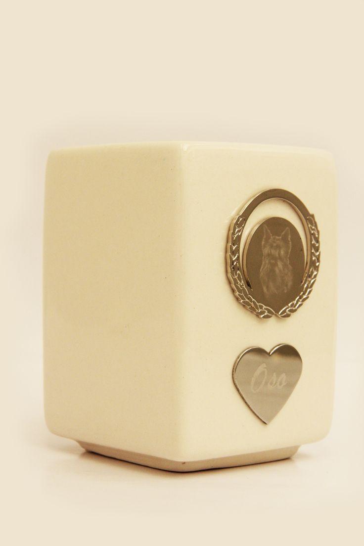 Animal Rest®-Urna Básica personalizada con grabado de foto en placa metálica.
