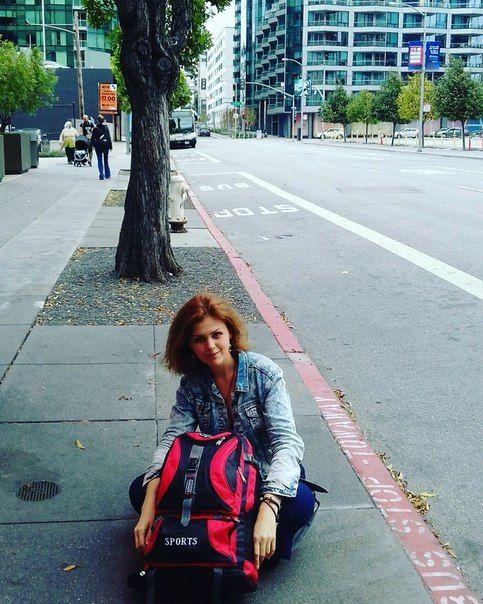 Я люблю путешествия-калейдоскопы, когда у тебя есть несколько дней, легкий рюкзак с парой платьев, пара броней в хостелах или вписок по каучу, вечно меняющийся пейзаж и сумасбродный маршрут, состоящий из удачно-долгих пересадок лоукостеров, диких стыковок