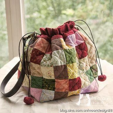 Olha que fofa a bolsa feita com retalhos quadradinhos. Um modo de aproveitar tecidos e fazer uma peça única.