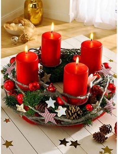 4. adventi koszorú<br>Vörös gyertyákkal, apró gömbökkel, csillagokkal, tobozzal, fenyőágakkal díszített adventi koszorú. Szívet melengető.