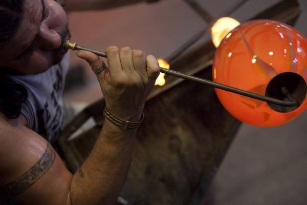 In de Glasblazerij worden doorlopend demonstraties glasblazen gegeven.