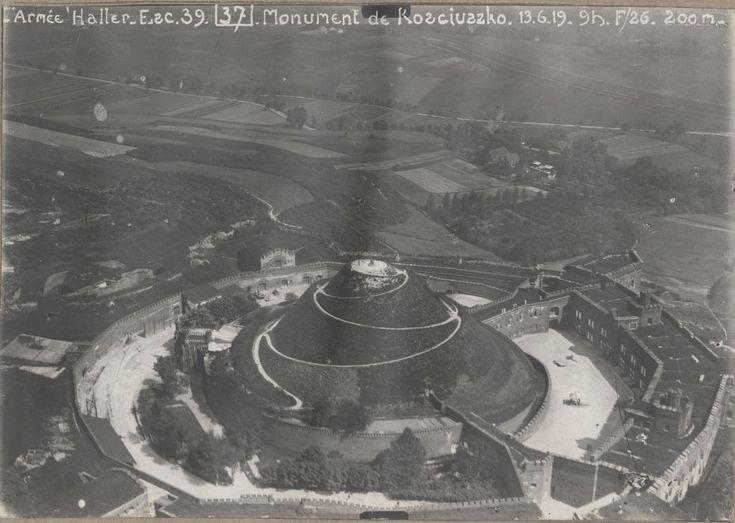 Kopiec Kościuszki / Kopiec Kościuszki oraz otaczający go cytadelowy Fort 2 Kościuszko - z koszarami szyjowymi, dziedzińcami, bramami. Zdjęcie wykonane 13 czerwca 1919 roku, podczas przelotu samolotu z 39 Eskadry Armii Hallera. Ze zbiorów Muzeum Lotnictwa Polskiego w Krakowie.