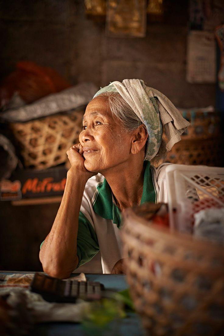 Bali, Singaradja, old lady at market december 2012 Foto: Marcel Bakker