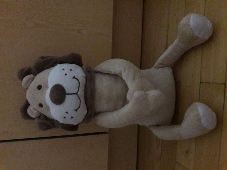 Nabízím takřka novou plyšovou hračku lvíčka, přední končetiny lvíčka se dají sepnout na druk.