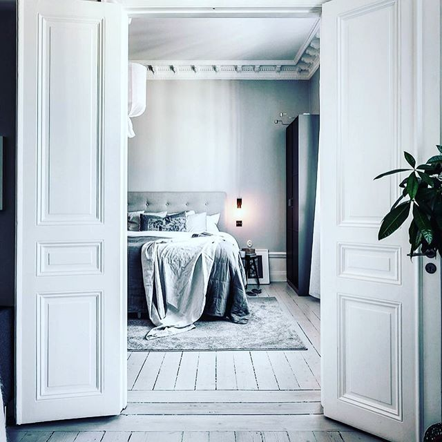 { M O N O C H R O M A T I C }  It can be overwhelming choosing colours for your room.  There's no need to stress as simplicity can bring a touch of elegance to your room.  Love this gorgeous monochromatic bedroom photographed by the talented @henriknero