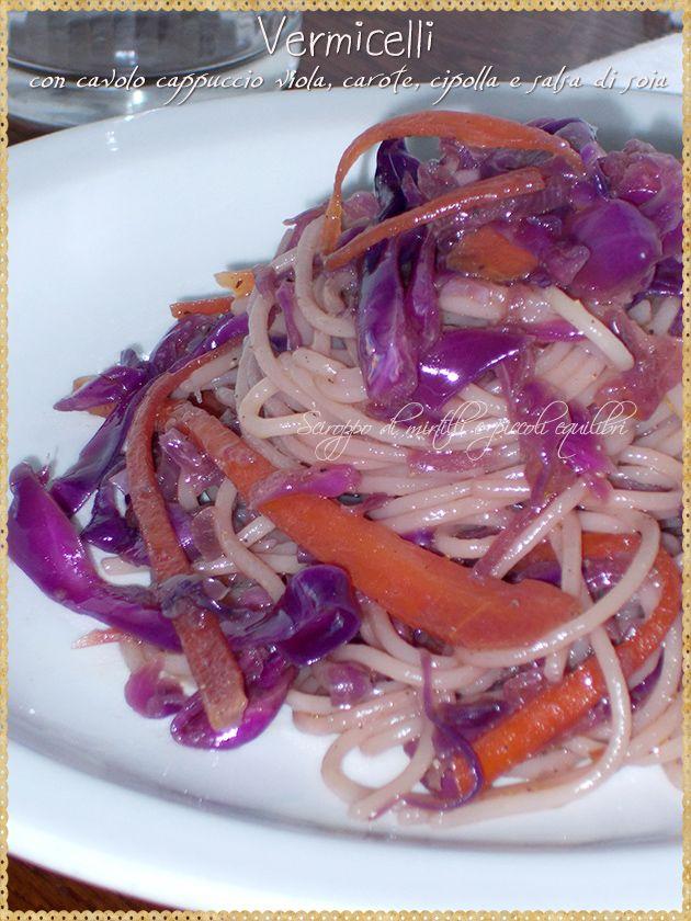 Vermicelli con cavolo cappuccio viola, carote, cipolla e salsa di soia (Vermicelli with cabbage purple cap, carrots, onion and soy sauce)