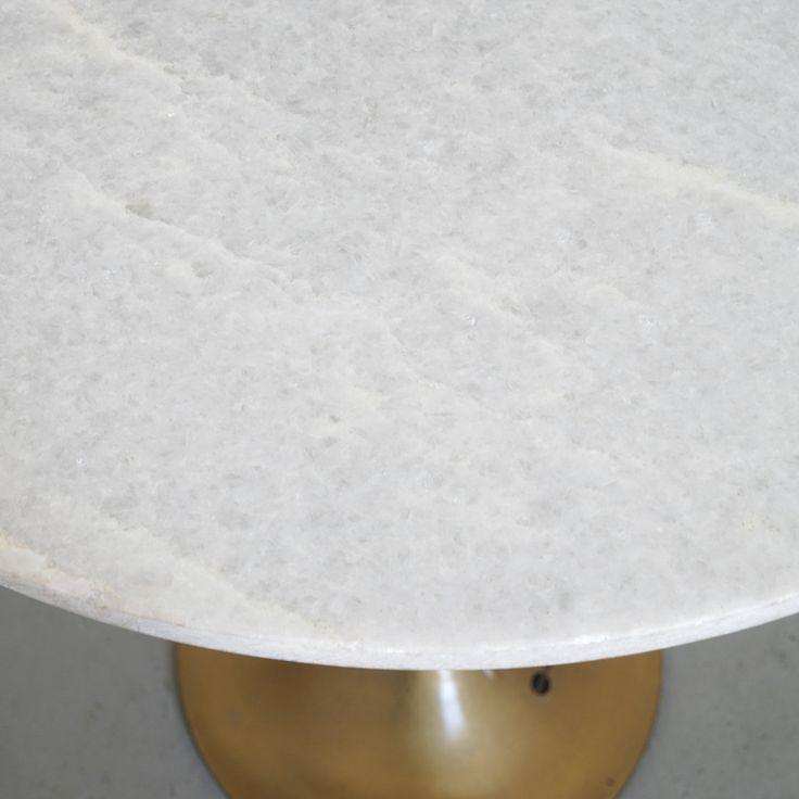 Das kompakte, moderne Möbelstück von Madam Stoltz besticht durch seine Materialkombination aus weissem Marmor, dem aktuellen Trendmaterial und Messing. Hierbei ist das edle Steingut auf den Tischfuss aufgesetzt und bildet die runde Ablagefläche des Tischchens. So dekorativ wie das Modell des skandinavischen Labels auch ist, sollte es unbedingt neben Sofas, Betten oder in Fluren platziert werden und dort für einen tollen Blickfang mit Funktionalität sorgen.