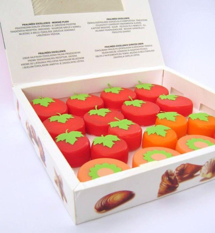 OVOCE A ZELENINA Z PLASTOVÝCH VÍČEK ( rajčátka, jahody, meruňky ) v krabičce od bonboniéry EKOATELIÉR 2015  Fruit and vegetables made of plastic bottle caps