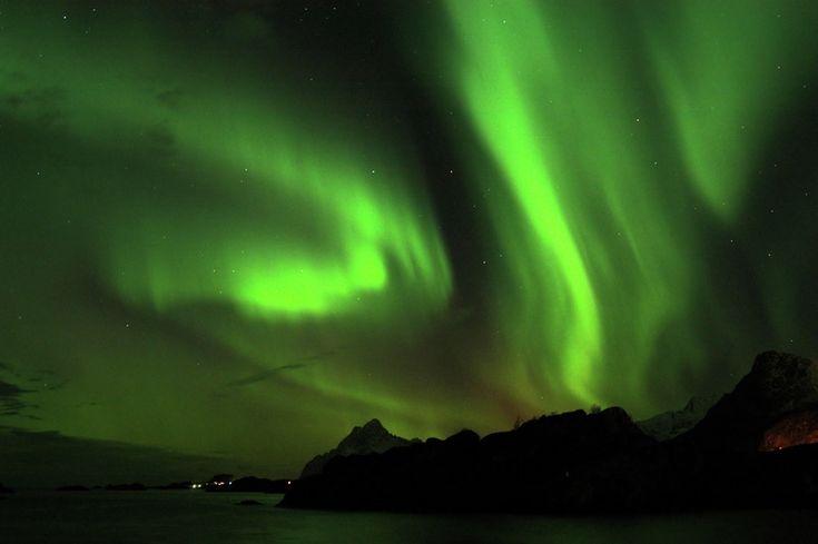 Si vives en una región suficientemente cercana a uno de los polos del planeta, es posible que hayas visto alguna aurora polar... #astronomia #ciencia