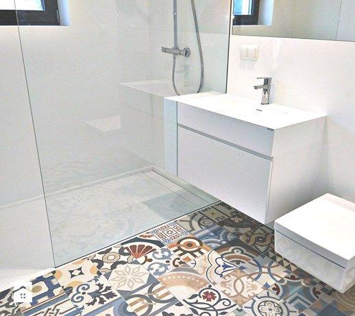 Nowoczesna, biała łazienka z mocnym akcentem kolorystycznym. - zdjęcie od Luxum