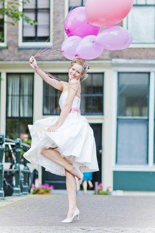 noni 2015   retro Brautkleid mit weit schwingendem Petticoat Rock und Tüllrock, schulterfrei mit Federnmuster und rosa Gürtel (www.noni-mode.de - Foto: Le Hai Linh)