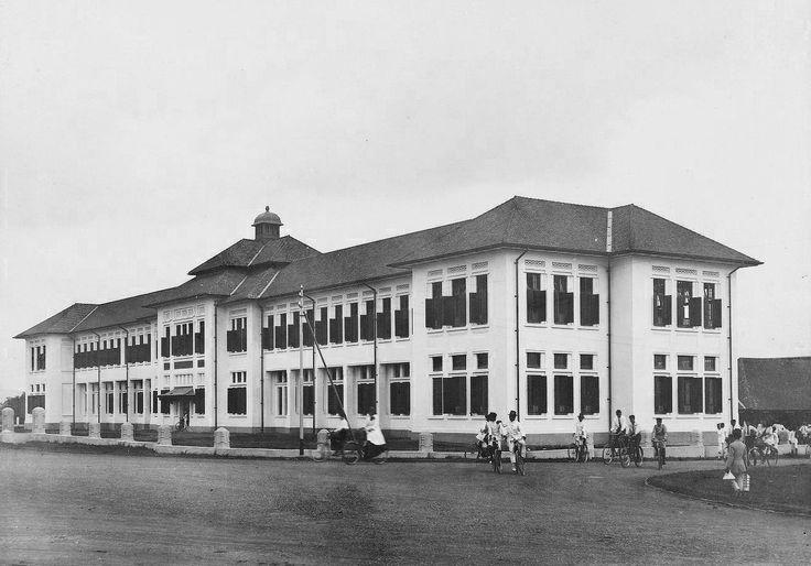 Openbare HBS, Bandoeng  Didirikan tahun 1916 dengan desain Schoemaker SMAN 3 & 5 Bandung
