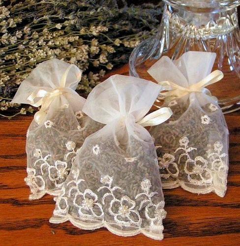 Chuva de lavanda! Substituir os tradicionais grãos de arroz pelas florzinhas de lavanda é uma ideia original e perfumada para jogar nos noivos na saída da  igreja. Prefere algo mais doce? Coraçõezinhos de açúcar neles! #dica