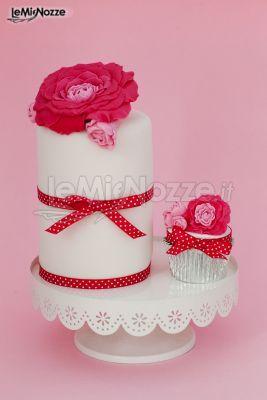 http://www.lemienozze.it/gallerie/torte-nuziali-foto/img27767.html Torta nuziale a cilindro e cupcake