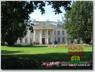 Walewice. Elewacja frontowa pałacu z portykiem.