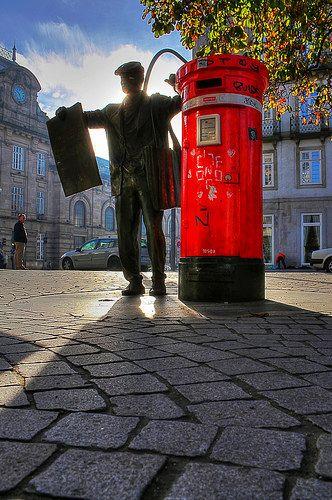 O velho ARDINA (vendedor de jornais, normalmente eram jovens rapazes) na Praça da Liberdade - Av dos Aliados - Porto - Portugal