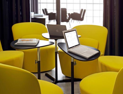 Tavoli per PC portatile neri con sedie girevoli gialle