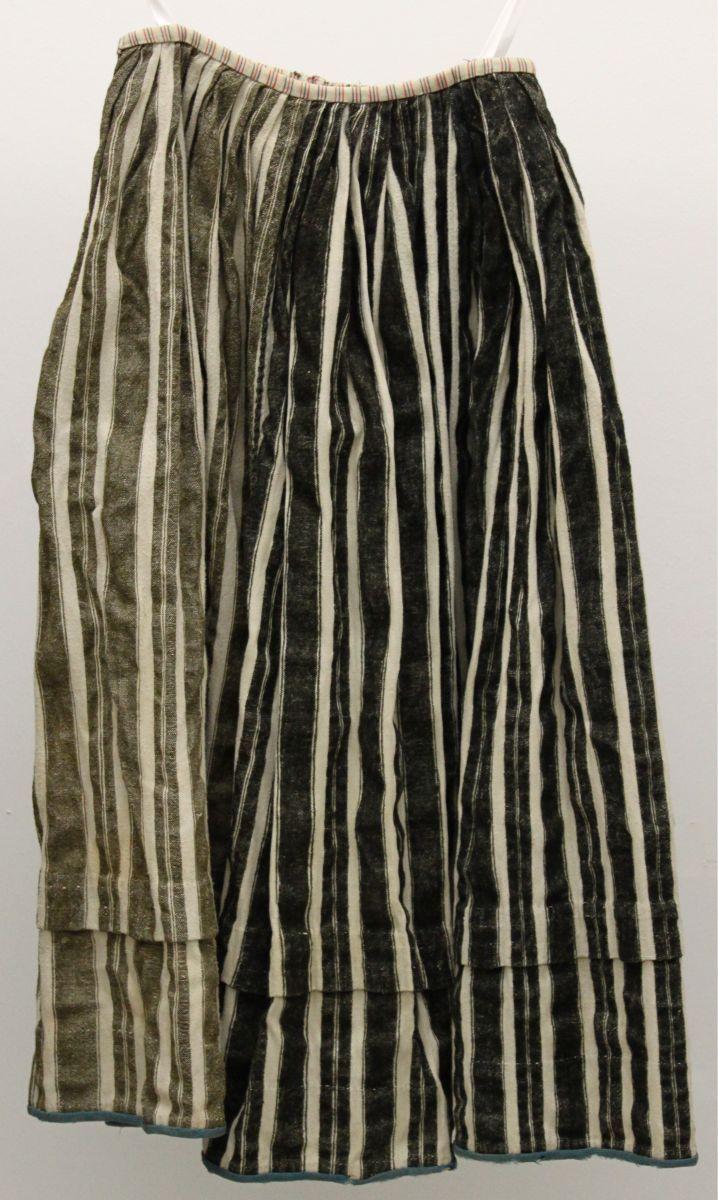Twentse streekdracht Inv.nr. MJ.552 (uit ca. 1890-1920) met halverwege een extra zoom en blauw zoomband tegen slijtage van de stof. Zie mijn blogpost Bezembanden en Lengtezomen. Dianne Nieuwland