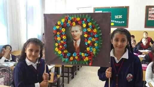 Öğrencilerimden Atatürk çalışmasıdır. Karton üzerine yerleştirilen Atatürk resminin etrafına krapon kağıtlardan kestiklerimizi çiçek gibi açarak yapıştırdılar. Çelenk haline getirildi. 10 Kasım çalışması olarak kullanıldı.