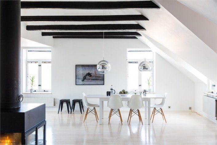 Salle à manger blanche. Plafond poutres apparentes peintes en noir ...