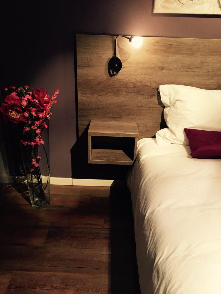Nachtkastje als onderdeel van & bevestigd aan achterwand bed