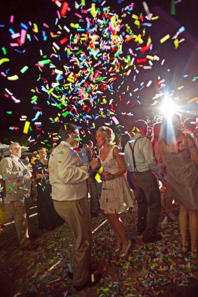 Lanzar cañones de confeti durante el baile en una boda o una fiesta / Launch confetti cannons during the dance at a wedding or a party