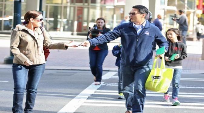 Seorang pria asal Carolina Utara membagikan 100 surat cinta kepada setiap warga yang ia temui di jalan dan tempat-tempat yang ia kunjungi. Hal ini ia lakukan dalam rangka merayakan ulang tahun mendiang istrinya yang telah pergi meninggalkannya.  Dalam suratnya tersebut pria yang bernama Hyong Yi i