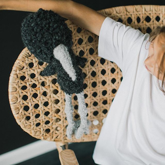 Przytulak dla Was na nadchodzącą noc od wełnianej ekipy :* #goodnight #cuddly #toys #kids #instadziecko #instamatki #organic #wool #hug #black #mom #gots #namacierzynskim #bird #organicbaby #crativeplay #imaginativeplay #childhoodunplugged #livefolk #justbaby #polishdesign