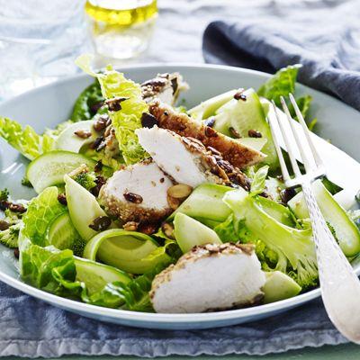 Stegt kylling med frø, kerner, avocado og sprød salat