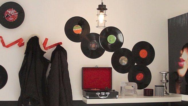 Deco entrée style musique avec des Vinyles // http://www.deco.fr/videos-deco/video-435134-lecon-de-style-une-entree-dans-un-style-annees-80-revisite.html#