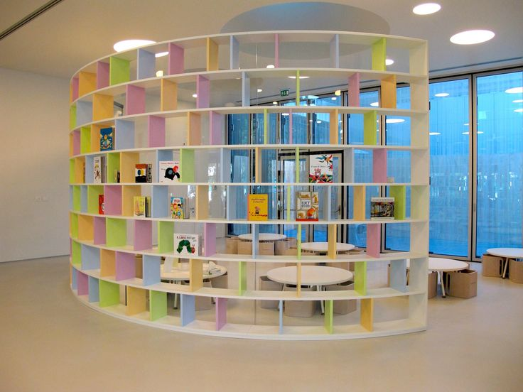 Libreria tonda con elementi verticali colorati, questo è lo stile PLAY+. Design by ZPZ Partners