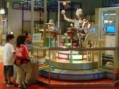 栃木県子ども総合科学館は元気いっぱい遊びながら科学の不思議に親しめるスポットです 宙や人体エネルギーなどの科学を詳しく学べる展示やサイエンスショーなんかも楽しめますよ 中だけでなく屋外にもミニ機関車や風力発電システムなどのアトラクションが充実していて1日では遊びきれないほど 家族でお出かけしてみてくださいね tags[栃木県]