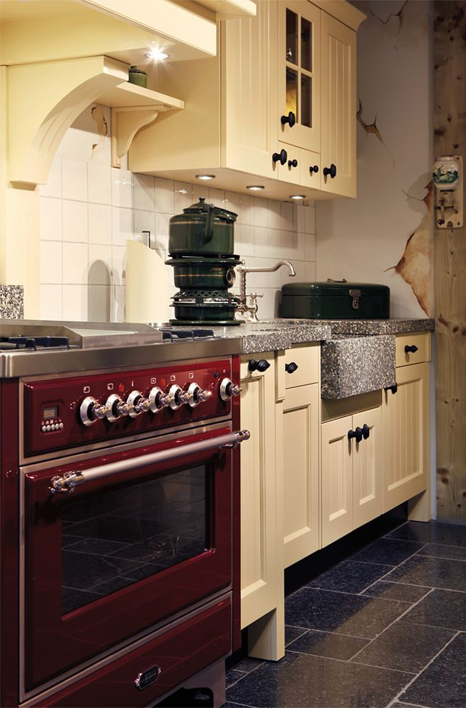 Landelijk gele keuken met authentiek terrazzo werkblad met voor uit stekende spoelbak.