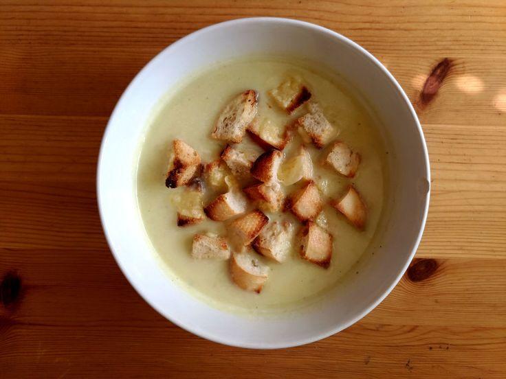 Krémová česneková polévka se sýrovými krutony