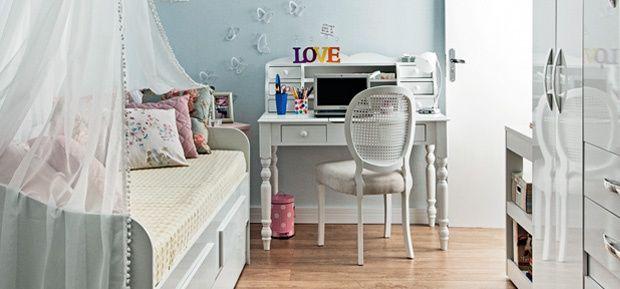 O quarto tem papel de parede romântico, penteadeira que também vira canto de estudo, bicama para receber as amigas e armários para guardar tudo!