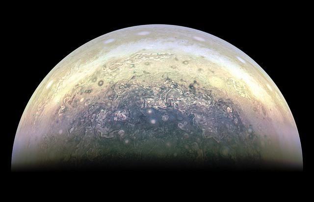 (adsbygoogle = window.adsbygoogle || []).push();   El mes pasado, lanave espacial Junode laNASA, logró volar lo más cerca hasta la fecha de laGran Mancha Roja de Júpiter, pasando a unos 9 mil kilómetros. Ahora las primeras imágenes se han dado a conocer, mostrando a laGran...