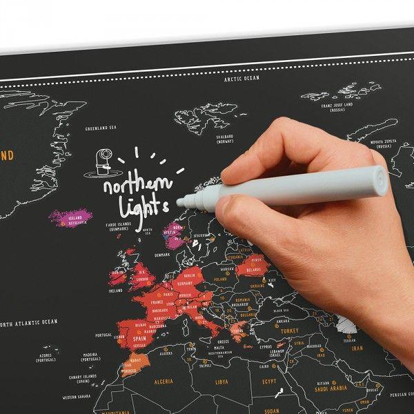 Mappemonde noire à gratter de 82,5 x 59,4 cm  Esthétique noir ardoise et feutre craie  Notez les infos et grattez les contrées visitées  Accrochée au mur, cette déco globetrotter claquera !  #map #mappemonde #word #travel #voyage #carte #globetrotter