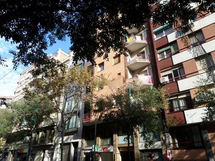 Barcelona, Sagrada Familia, Şık ve Geniş Daire 3+1 Barcelona'nın en güzel mevkisi olan, Sagrada Familia'ya yürüme mesafesinde, Birinci sınıf malzemeler kullanılarak yenilenmiş şık ve geniş 75 m2 3+1 satılık daire.    Güzel ahşap zeminlere sahip evde, Salon, 3 yatak odası, 2 banyo, tamamen mobilyalı ankastre mutfak ve balkon mevcuttur.