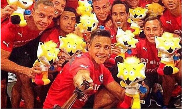 Sanchez uses selfie stick in Chile squad photo ahead of Copa America - http://flip.it/1sHYQ