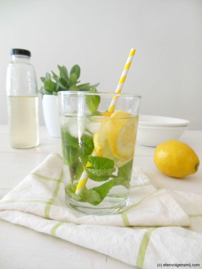 Summer drink! Water met citroen, munt en vlierbloesemsiroop. www.etenvolgensmij.com