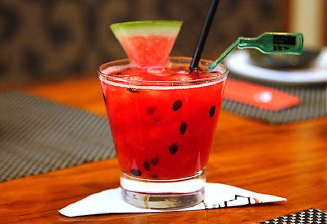 Drinque de melancia e saquê