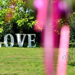 ślub w plenerze - wielki napis LOVE