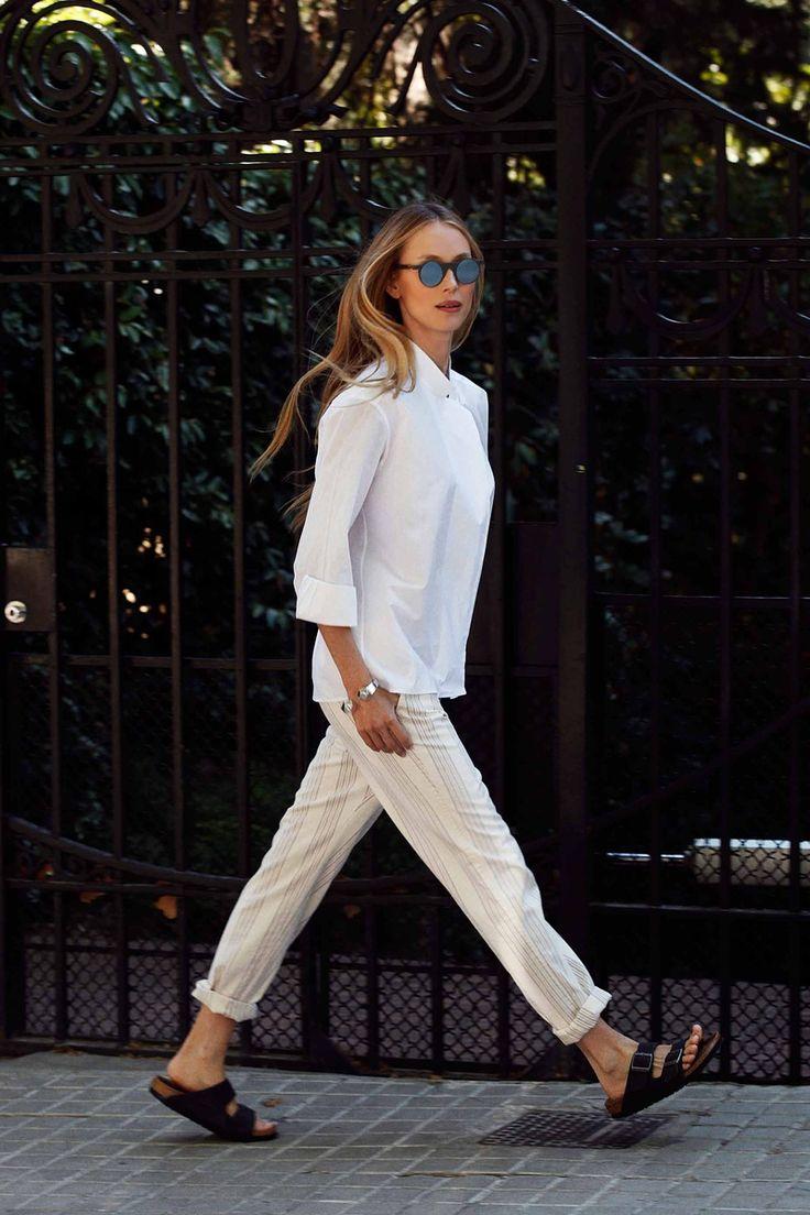 """Este primer domingo de verano """"Los pantalones 'Carim', de rayitas y algodón italiano, son unos de mis favoritos"""", explica Vanesa Lorenzo sobre el par que viste este primer domingo de verano. Pantalones 'Carim', de Vanesa Lorenzo; camisa, de Hermès; sandalias, de Birkenstock."""