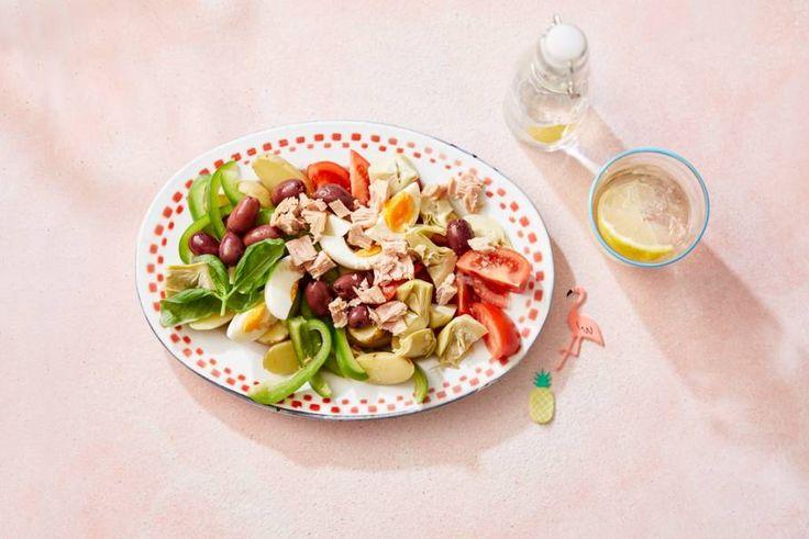 Een salade is in de zomer altijd goed. Maak 'm extra lekker met artisjok, tonijn en olijven. - recept - Allerhande