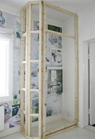Bygg stommen med reglar, 45 x 70 millimeter genom att skruva fast dem i de befintliga väggarna.