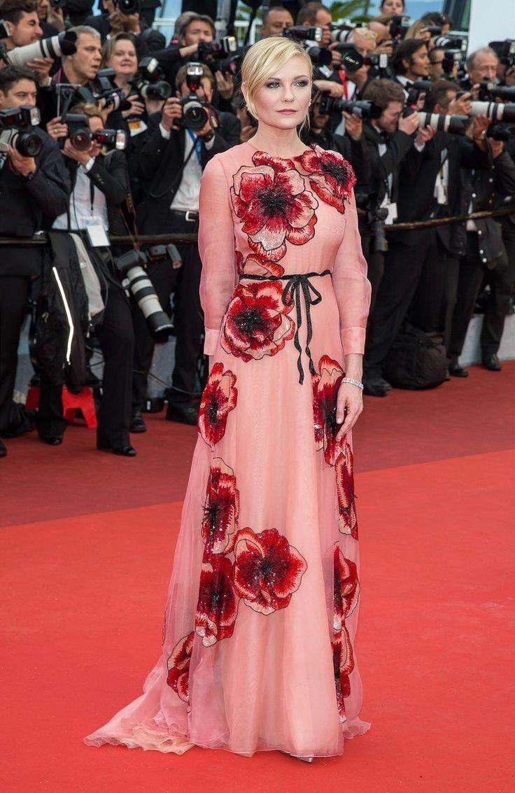 Takhle vypadá kombinace růžové a výrazných vzorů podle herečky Kirsten Dunstové: v šatech s květinami od italské značky Gucci vypadala jako ztělesnění léta.