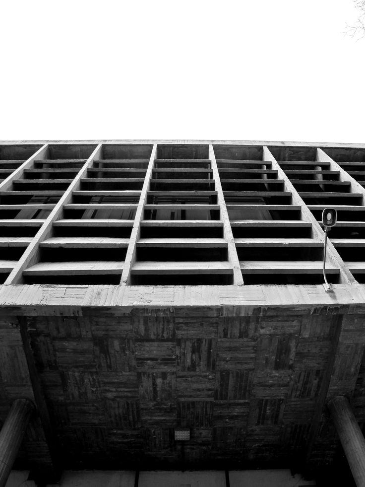 Facultad de Ciencias Biológicas Madrid - photo 2013, can't find info on the architect...