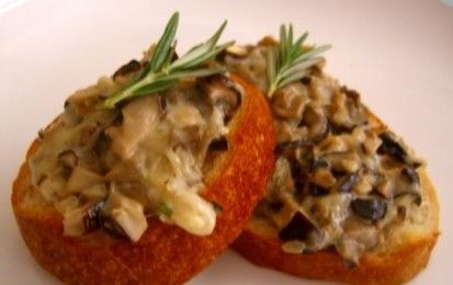 Crostini ai funghi - Questi crostini ai funghi sono perfetti per accompagnare un aperitivo o come antipasto, oppure per far parte di un buffet; inoltre, potete preparare il tutto molto tempo prima e scaldarli in forno solo al momento di servirli.