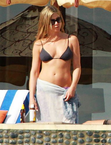 #JenniferAniston showed off her toned physique while vacationing in Cabo San Lucas, Mexico, with fiancé Justin Theroux.