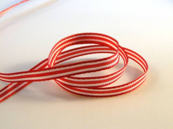 Wit lint met rode strepen.